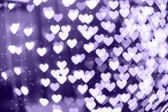 Fond de bokeh brouillé par forme de coeur avec des étincelles Ultra-violet photo stock