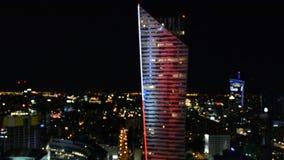 Fond de Bokeh des bâtiments de gratte-ciel dans la ville de Varsovie avec des lumières, photo trouble à la nuit clips vidéos