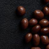 Fond de bonbons au chocolat Sucreries rondes o de chocolat de brun foncé Images stock