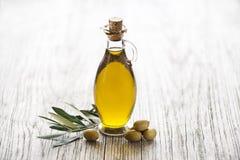 Fond de bouteille d'huile d'olive Photographie stock libre de droits