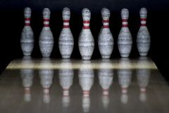 Fond de bowling de Dix bornes Plan rapproché de rangée de quille sur un LAN photo libre de droits