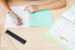 Fond de bureau d'étudiant se reposant au bureau pour des devoirs Photo libre de droits