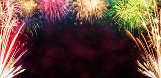 Fond de célébration avec des explosions de feux d'artifice Photographie stock libre de droits