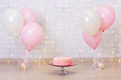 Fond de célébration d'anniversaire - durcissez au-dessus du mur de briques avec le ligh photo stock