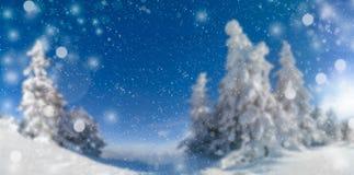 Fond de célébration de vacances de Noël Neige tombant au-dessus bel d'un paysage brouillé de panorama par hiver, avec idyllique photo libre de droits