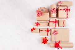 Fond de cadeaux de célébration - différents présents enveloppés pour le papier de métier avec les rubans et les arcs rouges sur l image libre de droits
