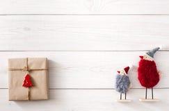 Fond de cadeaux de Noël sur le bois blanc Photo libre de droits