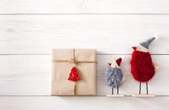 Fond de cadeaux de Noël sur le bois blanc Photographie stock