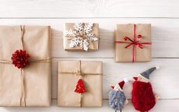 Fond de cadeaux de Noël sur le bois blanc Images stock