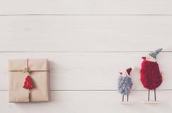 Fond de cadeaux de Noël sur le bois blanc Image libre de droits