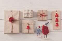 Fond de cadeaux de Noël sur le bois blanc Photos stock