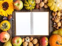 Fond de cadre d'automne avec le carnet Photo libre de droits