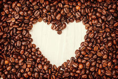 Fond de café avec les haricots et la tasse blanche Copiez l'espace Images libres de droits