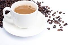 Fond de café avec les haricots et la tasse blanche Copiez l'espace Image libre de droits