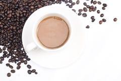 Fond de café avec les haricots et la tasse blanche Copiez l'espace Photo stock