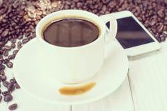Fond de café avec les haricots et la tasse blanche Copiez l'espace Photographie stock