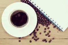 Fond de café avec les haricots et la tasse blanche Copiez l'espace Images stock