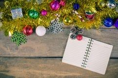 Fond de carnets et de Noël sur le bois - modifiez la tonalité le vintage photographie stock libre de droits