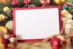 Fond de carte de Noël avec les décorations et l'espace de copie photographie stock
