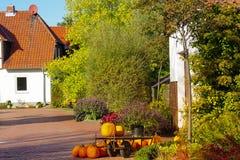 Fond de carte heureuse de Halloween ou de thanksgiving - pile de grands potirons oranges photos stock
