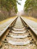 Fond de chemin de fer diagonal au crépuscule avec l'espace de copie Rails, dormeurs, attaches et fin en pierre écrasée  Chemin de images stock