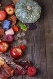 Fond de chute avec le potiron, les pommes et les feuilles Images libres de droits