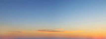 Fond de ciel avec un nuage gentil de coucher du soleil Photo libre de droits