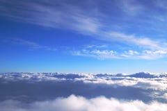 Fond de ciel bleu au-dessus des cumulus avec les rayons du coucher de soleil photographie stock
