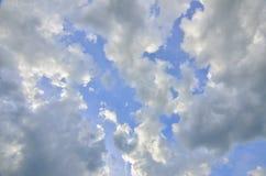 Fond de ciel bleu avec des cumulus à la lumière du soleil éclairée à contre-jour images libres de droits