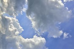 Fond de ciel bleu avec des cumulus ? la lumi?re du soleil ?clair?e ? contre-jour photos stock