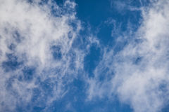 Fond de ciel bleu avec des nuages Photos libres de droits