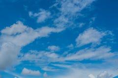 Fond de ciel bleu avec des nuages Photos stock