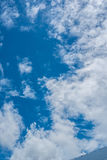 Fond de ciel bleu avec des nuages Photo libre de droits