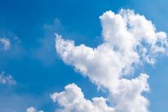 Fond de ciel bleu avec les nuages blancs Photo stock