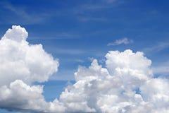 Fond de ciel bleu avec les nuages minuscules Image stock