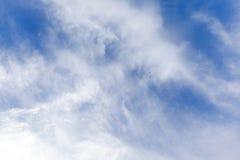 Fond de ciel bleu avec nuages minuscules Photos stock