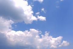 Fond de ciel bleu Cumulus sur un fond merveilleux images libres de droits