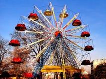 Fond de ciel bleu de grandes roues Images libres de droits