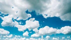 Fond de ciel bleu de panorama avec le blanc pelucheux photographie stock