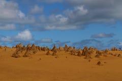 Fond de ciel bleu, structures en pierre et à sable jaune bizarres avec l'espace pour votre texte photo libre de droits