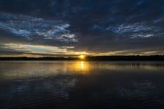 Fond de ciel de coucher du soleil Le ciel dramatique de coucher du soleil d'or avec le ciel de soirée opacifie au-dessus de la me Photos libres de droits