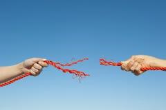 Fond de ciel de corde cassé par mains Photographie stock libre de droits