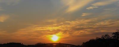 Fond de ciel et d'arbres au temps de coucher du soleil, crépuscule Image stock
