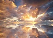 Fond de ciel sur le coucher du soleil photographie stock