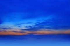 Fond de ciel sur le coucher du soleil. Image stock
