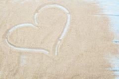 Fond de coeur dessiné sur le sable d'une plage, le Saint Valentin de fond d'amour avec des vacances heureuses, ou le papier peint Images stock