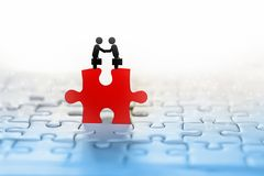 Fond de concept d'affaires avec l'icône de poignée de main de deux hommes d'affaires sur le puzzle rouge avec la connexion de per images libres de droits
