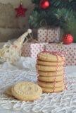 Fond de concept de Noël et de célébration de vacances de nouvelle année Biscuit fait maison d'écrou, sablé, décoration d'arbre de Photographie stock