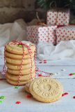 Fond de concept de Noël et de célébration de vacances de nouvelle année Biscuit fait maison d'écrou, sablé, décoration d'arbre de Photographie stock libre de droits