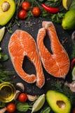 Fond de concept de nourriture Biftecks saumonés crus frais avec l'ingrédient photo stock